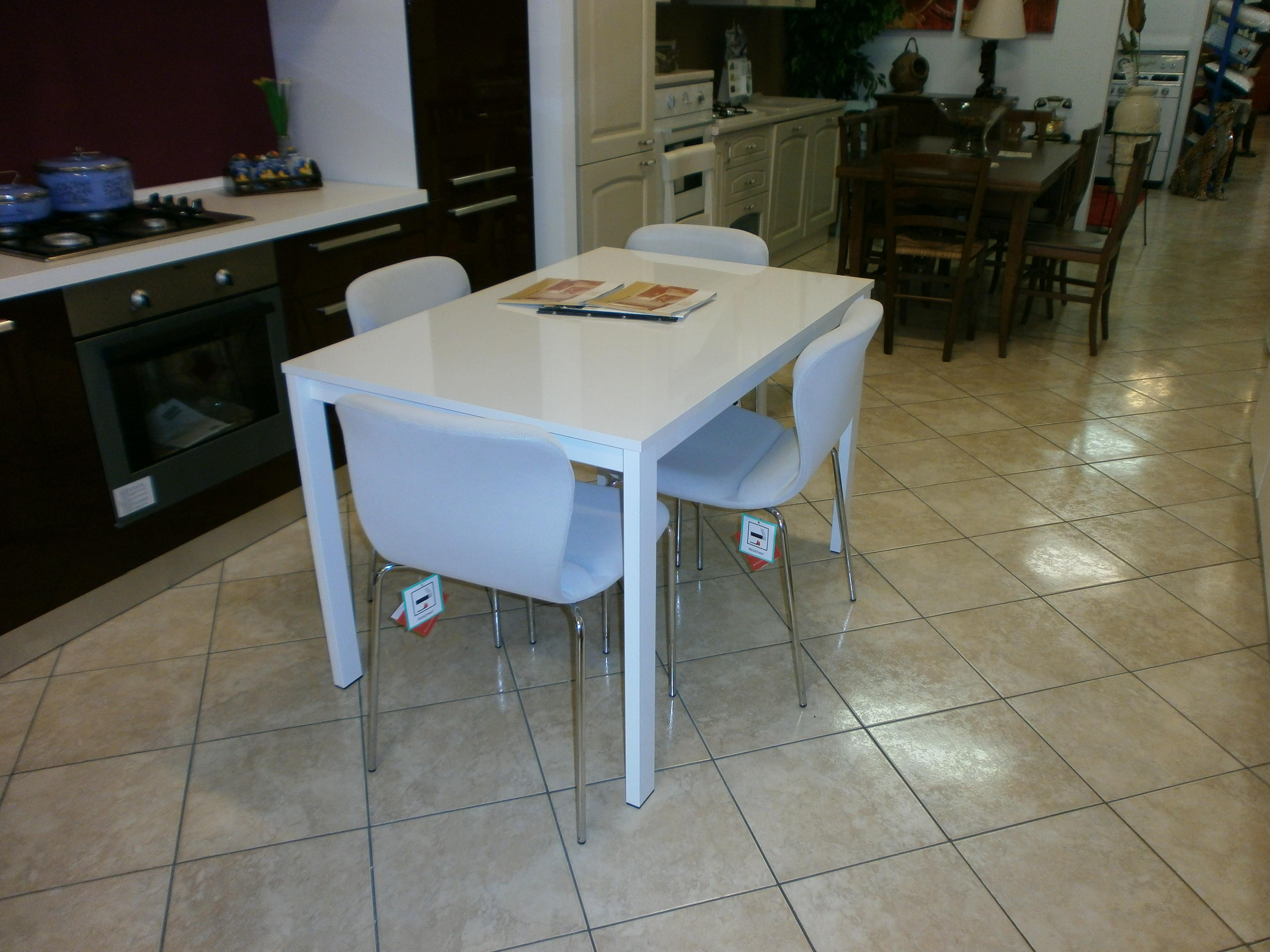 Mercatino arredamenti nuovi arredamenti nuovi tavolo for Tavolo bianco lucido